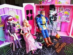 Your costumes look so real (flores272) Tags: ghouls monsterhigh barbie barbiedoll monsterdoll spectravondergeist frankiestein lagirlbarbie kendoll foldupbarbiehouse costumeparty party doll dolls toy toys halloweenparty halloween madetomovebarbie ariel tsumtsum salem halloweentoys