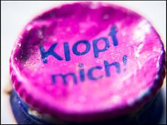 Klopf mich! (sulamith.sallmann) Tags: zeichen brandenburg deckel deutschland germany macro makro nahaufnahme oderspree pink rosa schlaubetal signs spruch symbol typo deu sulamithsallmann typografie worte wort aussage aufforderung text
