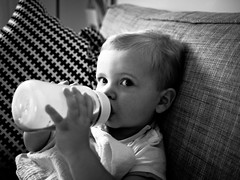 Soif (Dahrth) Tags: gf1 gf120 panasoniclumixgf1 lumixmicroquatretiers lumixμ43 micro43 microfourthirds raw bébé baby noiretblanc nb blackandwhite babybottle biberon