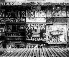 Centro de SP Canon T70 - 50mm f1/8 (vintequatro10) Tags: sp pb streetphotographer streetphotography fotografiaderua architecture sampa bw pretoebranco blackandwhite hp5 ilford