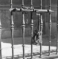 Catedral de Granada, detalle (Landahlauts) Tags: 120film 1970 400asa 6x6 analogcamera analogphotography bn bw blackandwhite blancoynegro camara camaraanalogica camarareflexdeobjetivosgemelos camera catedral catedraldegranada cerrojo copalsv focallenght fotografia fotografiaanalogica grain hierro iso40027 japaneselenses lumaxar madeinjapan markhama noise objetivo photography plazadelaspasiegas reja revelado takinglens tlr tomioka twinlensreflex twinlensreflexcamera usufructo viewfinder yashicamat yashicamat124g yashinon80mm rollo carrete