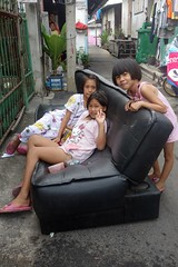 girls on a sofa (the foreign photographer - ฝรั่งถ่) Tags: dscjan302016sony three girls children sofa khlong thanon portraits bangkhen bangkok thailand sony rx100