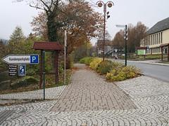 Harz_e-m10_100B057617 (Torben*) Tags: rawtherapee olympusomdem10 olympusm25mmf18 harz schierke kundenparkplatz parkplatz parkinglot customerparkinglot brgersteig sidewalk