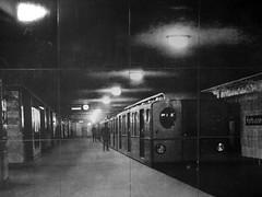 """Berlin Kreuzberg - Historisches Wandfliesenbild im U-Bahnhof Kottbusser Tor (Linie8) - Aufnahme aus dem Jahre 1930 - Auf dem Foto ist ein B1 Zug zu sehen .Im Volksmund heien diese Zge """"Tunneleule"""" wegen der ovalen Stirnfenster. (Detlef Wieczorek) Tags: berlin kreuzberg historisch ubahn b1 1930 tunneleule baureiheb1 kottbussertor"""