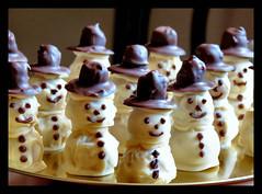 Aufmarsch lustiger Gesellen (karin_b1966) Tags: pralinen pralines weihnachtszeit christmastime selbstgemacht selfmade schkolade chocolate 2016 schneemnner snowmen marzipantrffel