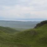 Loin au large, les Quiraings,  péninsule de Trotternish, île de Skye, Ross and Cromarty, Highland, Ecosse, Royaume-Uni. thumbnail