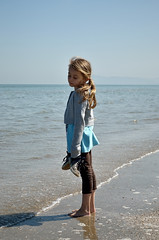 fuori stagione (Il cantore) Tags: blue sea feet water shoes mare riva horizon acqua seashore azzurro piedi scarpe younggirl orizzonte bambina battigia scalza bareshoot