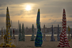 Sombrillas (Rocotopelao) Tags: summer sky sun beach contraluz landscape atardecer twilight natural asturias playa paisaje cielo gijon xixon backlighting anochecer asturies sombrillas beachumbrella