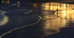 Love in the golden night (Croix-roussien) Tags: biarritz mer ocean lumière nuit reflet reflection amoureux lovers ngc gold or france night sand beach plage fabuleuse