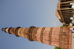 Delhi - Qutub Minar & Quwwat-ul-Islam Mosque Courtyard Colonnade 2 (Le Monde1) Tags: india carved nikon vishnu delhi tomb columns courtyard mosque unesco worldheritagesite sultan hindu cloisters minar masjid qutubminar northernindia iltutmish alauddinkhalji d7000 lemonde1 shamsuddiniltutmish vishnupada