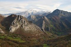 Ponga (elosoenpersona) Tags: ponga cazu asturias picos de europa cordillera cantabrica mountains mountain montaña nevadas otoño autumn elosoenpersona peña santa macizo occidental cazo