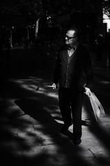 Que ocurre por ahi? (Curiosidad) Explored 22/11/2016 (protsalke) Tags: blackandwhite black white monochrome urban street ais 50mm nikon lights shadows monocromo callejera city sevilla manual luces sombras people gente life
