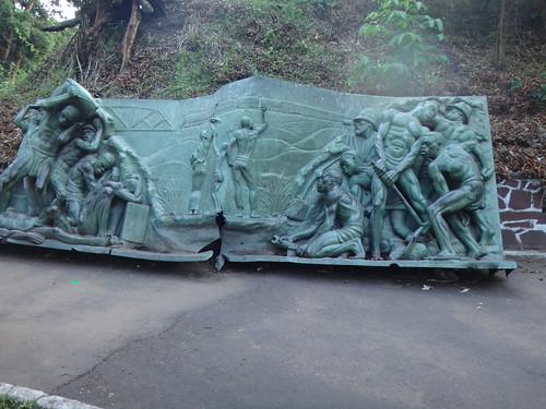 Panel de bronce alegórico de la construcción del ferrocarril de Matadi a Kinshasa.   Kinshasa. RD Congo