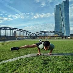Liebe Grüße aus Konstanz! Ich bin hier im yoga4all bei der lieben Ingrid und hatte gerade einen Handstand Workshop! Jetzt noch einmal einen alignment in motion Workshop und dann geht es ab in die Bahn 🚉 nach hause. #workaholic