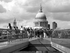 Londoner Schnipsel / London snippets (krinkel) Tags: london brcke bridge themse fluss river millenniumbridge thames canon kathedrale cathedral monochrome