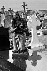 2 - Bayeux, Cimetire de l'Ouest, Prier... (melina1965) Tags: normandie calvados bayeux octobre october 2016 nikon d80 noiretblanc blackandwhite bw sculpture sculptures grave tombe tombes graves cimetire cimetires cemetery cemeteries graveyard graveyards croix cross crosses statue statues