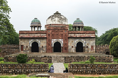 DSC5591 Mezquita de Isa Khan, 1547-48, al oeste de la Tumba de Masnad Ali Isa Khan, Delhi (Ramón Muñoz - ARTE) Tags: delhi india mausoleo tumba de masnad ali isa khan