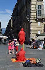 Fachiri (finti) a Torino (ikimuled) Tags: trucco artistidistrada levitazione fachiri