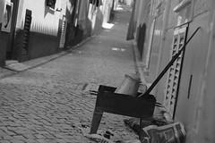 Le brazero (CéCybo) Tags: street blackandwhite bw white black byn blancoynegro blanco monochrome calle noir noiretblanc negro nb via rue blanc straat monochroma pavé negroyblanco nyb strate incoloro brazero monochromie scharwz