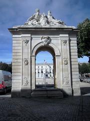 FONTAINE (marsupilami92) Tags: frankreich france sudouest poitoucharentes 17 charentemaritime tourisme rochefortsurmer arcdetriomphe fontaine place statue