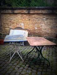 Tischlein deck dich (TitusT1960) Tags: hinterhof kunst art tische altetische villa