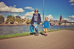 David mit Mama... (hobbit68) Tags: children child clouds city frankfurt main fluss river dom boats boote