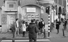 Tourists everywhere (Arne Kuilman) Tags: pentax k1000 50mm 50mmf14 analogue analoog ilford xp2 scan amsterdam nederland netherlands street straat v600 tourists toeristen