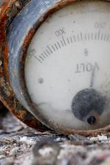 Düşenin dostu olmazmış (halukderinöz) Tags: voltmetre voltmeter eski old alet edavat tren train ankara güvercinlik türkiye canoneos40d eos40d hd