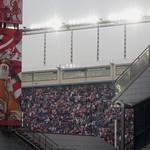 En rouge et blanc, les supporters un soir de match de l'Atletico de Madrid, stade Vicente Calderon, Madrid, Castille, Espagne. thumbnail