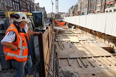 Ingang garage Rokin tijdelijk afgedekt met hout (Noord/Zuidlijn) Tags: amsterdam site construction transport tunnel transportation nz bouwput noordzuidlijn rokin nzlijn northsouthline bouwstation hijsgaten