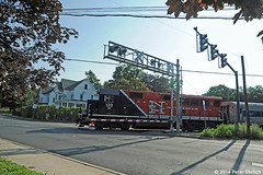 METRO-NORTH--129 crossing Triangle Street, Danbury OB (milantram) Tags: metro north rail trains commuter bl20gh passsengertrains