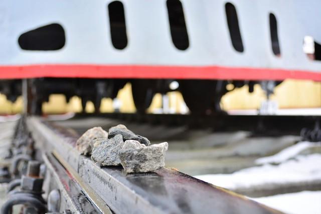 Сызранские «линейщики» выявили молодых людей, которые накладывали камни нарельсы