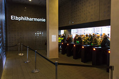 Elbphilharmonie Plaza: Zugangsschranken am Eingang (kevin.hackert) Tags: architektur aussichtsplattform elbe elbphilharmonie elbphilharmonieplaza elphi hamburg kaispeicher kaispeichera konzerthaus plaza rundumblick wahrzeichen