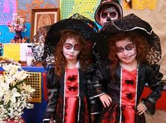 Catrinas gemelas (Jos Lira) Tags catrinas gemelas espectros calaveras calacas sombrero disfraz leyendas