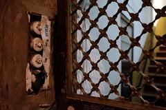 Viejos pulsadores (Xaf) Tags: barcelona fujifilmxworld fujifilmxworlde fujifilmxt2 streetphoto streetphotography ciutatvella timbre pulsador button door puerta porta old antiguo antic entrance switch pushbutton