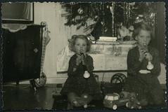 Archiv K307 Schwestern nach der Bescherung, 1960er (Hans-Michael Tappen) Tags: archivhansmichaeltappen christmas weihnachten germanchristmas christfest weihnacht christbaum tannenbaum christbaumschmuck baumschmuck lametta musikinstrumente spielzeug mädchen girls teddybär teddy teddybear interieur spielauto vwspielauto ball weihnachtsdecke regenschirm fernseher schrank 1960s 1960er weihnachtsgebäck