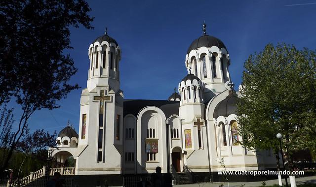 Hay una iglesia ortodoxa preciosa al lado de donde estamos aparcados
