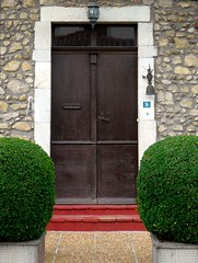 Pomarez, Landes (Marie-Hlne Cingal) Tags: door france puerta wroughtiron porta porte 40 tr doorbell cloche landes sudouest aquitaine ferforg topiaire courselandaise pomarez coursayre chalosse