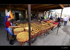 Paradeta de naans (PCB75) Tags: china shop bread oven pa xinjiang silkroad uyghur selling chine naan xina uygur  sinkiang kucha kuche forner kuqa uigur paradeta rutadelaseda qiuzi  rutedelasoie chiutzu kiuche kueitzu repblicapopulardelaxina qiuci