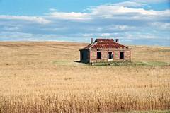 abandoned house near Burra (Stefan Ulrich Fischer) Tags: building abandoned field 35mm landscape 2000 outdoor oz australia scanned outback analogue southaustralia 1000 downunder kodakektachrome burra quantas midnightoil