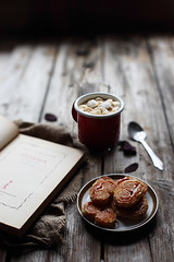 Cozy afternoon (Stefi92) Tags: autumn breakfast book stilllife food foodphotography cibo wood morning canon