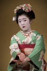 Gion Corner (maiko.gallery) Tags: red maiko geiko geisha hanamachi kimono gion kyoto japan kyomai miyako odori corner