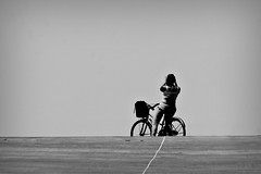 indietro (Wal CanonEOS) Tags: indietro deespaldas bike bicicleta bici bicicletas bikes bicicletta bicis biciclettas bicycle bicireposando biciparlare planetabici planetbike bicicletasestacionadas ciclista alolejos lejos sombra sombras shadow shadows woman mujer womaninbike mujerenbicicleta argentina argentinabsas bsas buenosaires caba capitalfederal ciudadautonoma ciudaddebuenosaires parquedelamemoria selfie photo photography foto fotografia fotocallejera flickr argentinaflickr flickrargentina canon eos rebelt3 canoneosrebelt3 calle callejeando calles street streets streetsbw candidstreet candid strange blancoynegro blackandwhite byn bw blanco y negro monocromatico monocromatic monocromo airelibre alairelibre