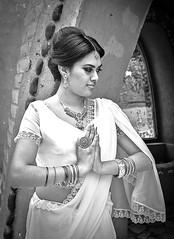 Mari (OneMarie!) Tags: girl woman mujer sarii hindi hindu rostro face portrait bw bn blancoynegro blackwhite templo temple pray rezar nikon d7100
