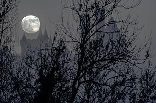 la pleine lune , brume et chateau.