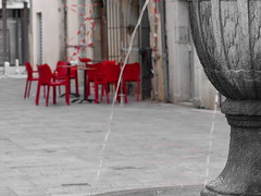 La Soif / Thirst (MAGGY L) Tags: street cutout rouge eau chairs nobody rue fontaine chaises vide dsert