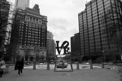 Philadelphia - Love (Picturepest) Tags: blackandwhite bw usa philadelphia monochrome us blackwhite sw amerika schwarzweiss schwarzweis schwarzweissfotografie schwarzweisfotografie