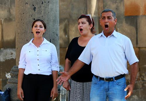 R 2014 09 Armenia Zvartnoc ruin singers IMG_7870