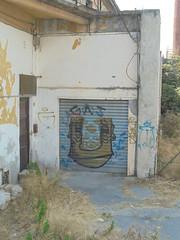 396 (en-ri) Tags: gas viso volto faccia face imperia wall muro graffiti writing marrone azzurro serranda cagnolino little dog