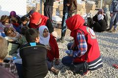 عمليات الاغاثة وتقديم المساعدات الى العوائل النازحة من مختلف قرى ومناطق محافظة نينوى (8) (جمعية الهلال الاحمر العراق) Tags: نينوى موصل مساعدات مساعداتانسانية